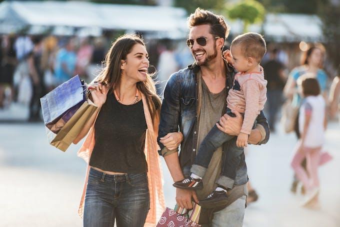famille fait du shopping