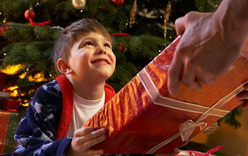 un adulte offre un cadeau à un enfant