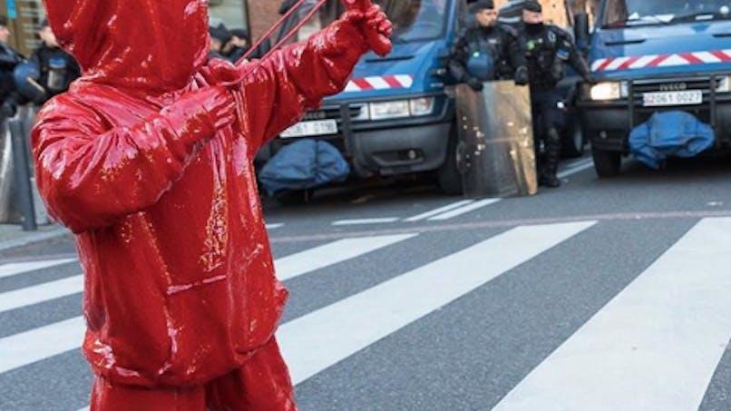 Toulouse: en pleine manif des lycéens, un enfant fait face aux CRS avec un lance-cœur (photos)