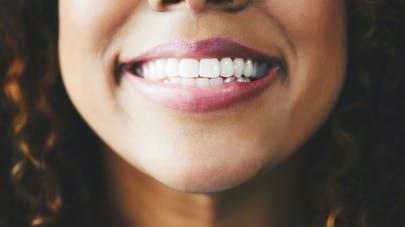 Une femme enceinte dents blanches