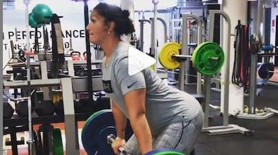 Championne de lancer de poids, enceinte, elle continue son entraînement (vidéos)