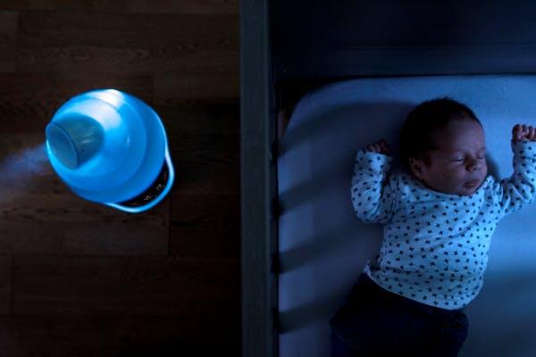bébé qui dort et humidificateur hygro plus