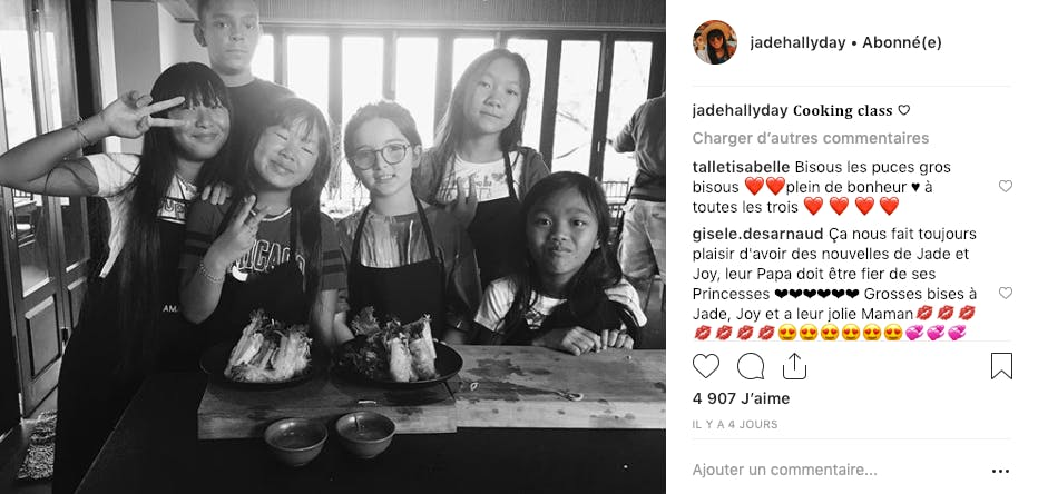 Cours de cuisine pour Jade et Joy Hallyday et leurs amis