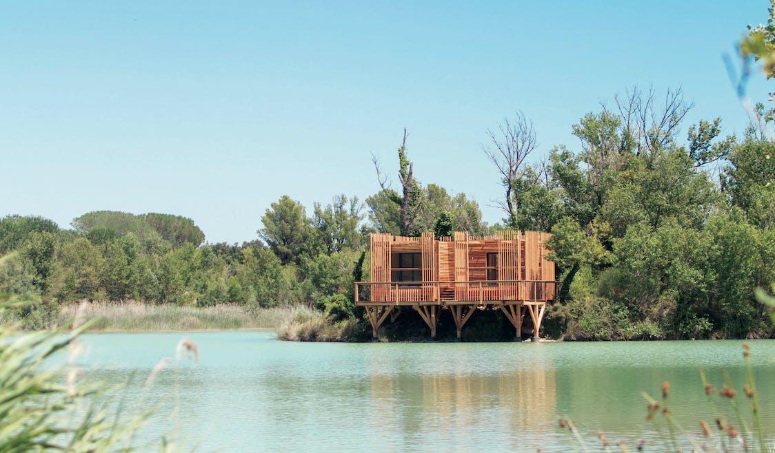 Déconnectez en famille au bord d'un lac dans votre cabane