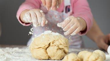 enfant qui fait du pain