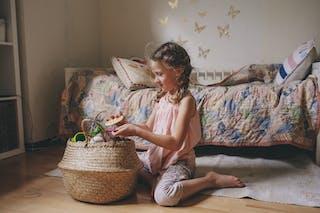 petite fille qui joue avec un panier
