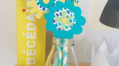 Fleurs avec des pailles et du papier pour la fête des mères