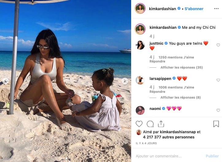 Kim Kardashian fait des pâtés de sable