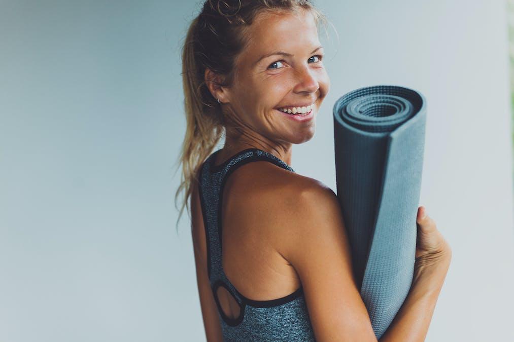 femme et tapis de yoga