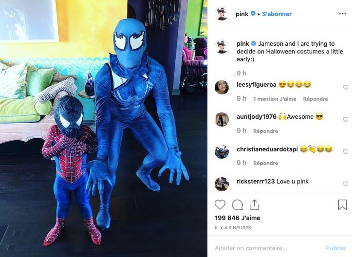 Pink et son petit garçon ne résistent pas à essayer leurs costumes d'Halloween