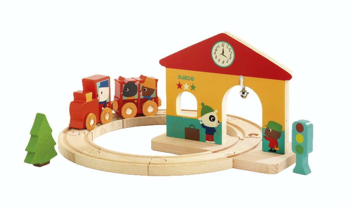 Circuit de train en bois avec gare, locomotive et wagons, Djeco, 29,90 €