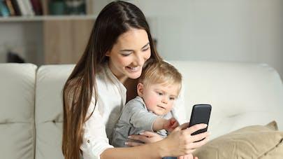 bébé et sa maman face à un portable