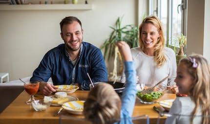 Alimentation : le dîner familial donne de bonnes habitudes aux enfants et aux ados