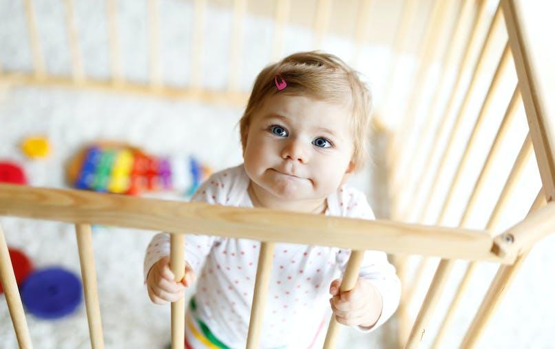 bébé jouant dans un parc