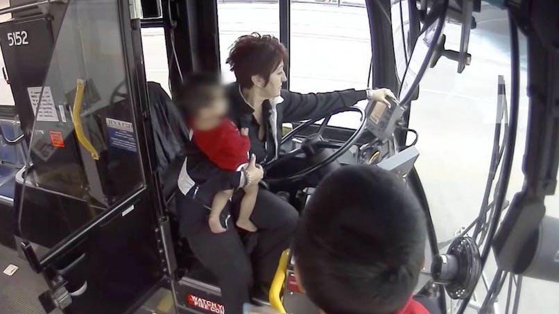 Une conductrice de bus sauve un bébé qui marchait seul dans la rue (vidéo)