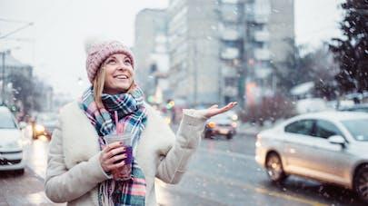 femme dehors en hiver