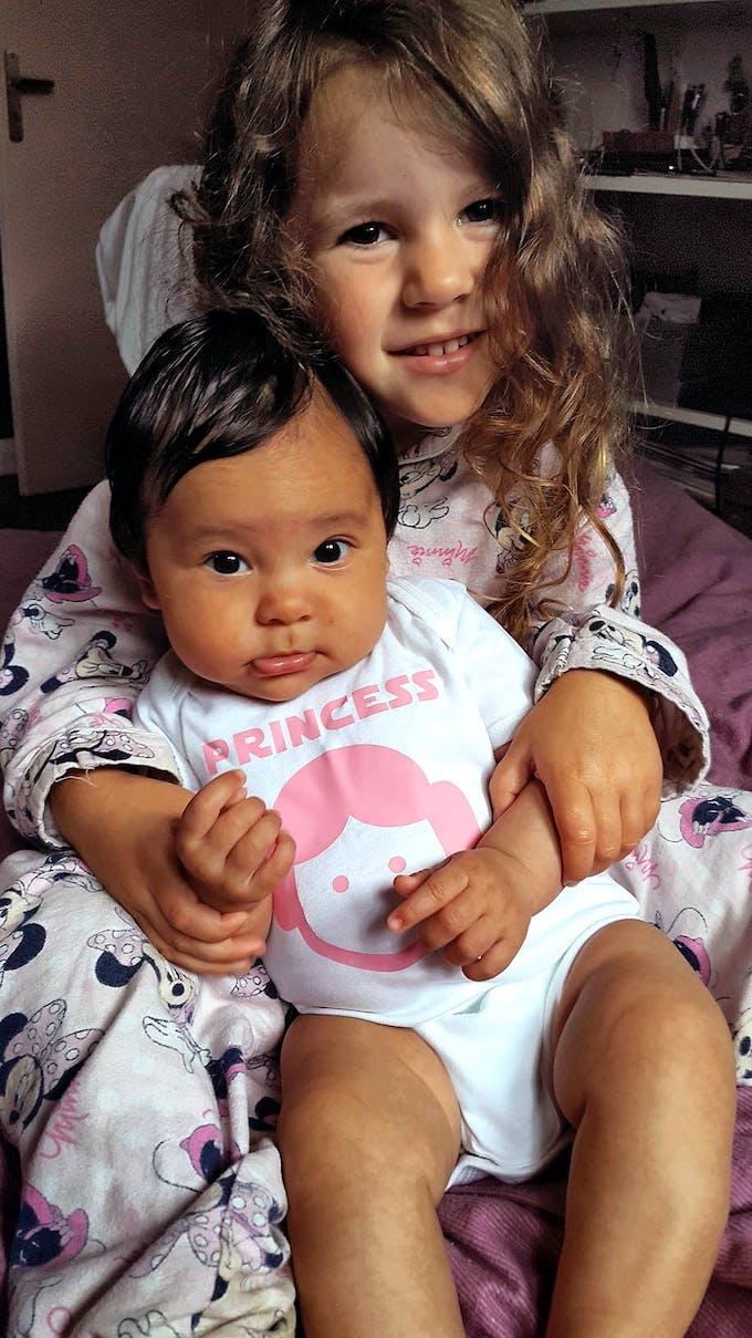 petite file et un bébé