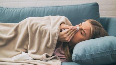 femme couchée avec grippe