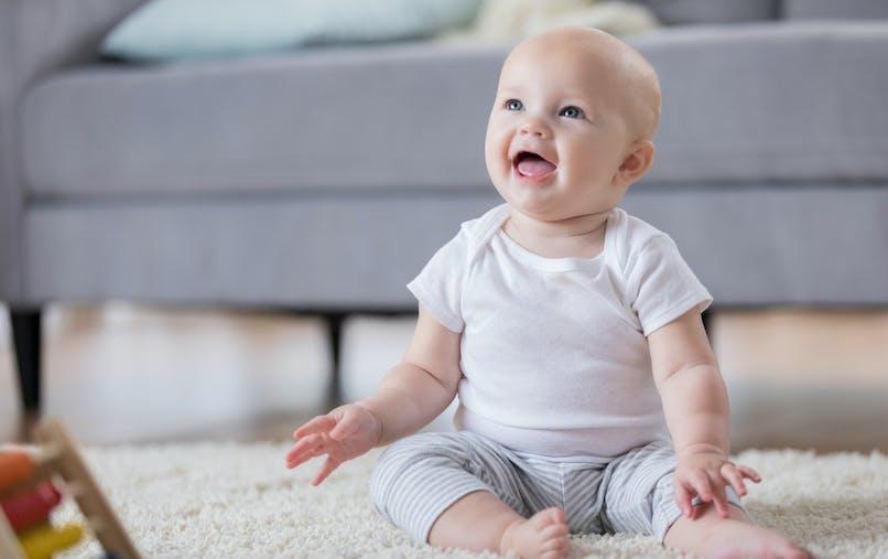 Le rire hystérique d'un bébé qui entend la voix de sa sœur pour la première fois (vidéo)