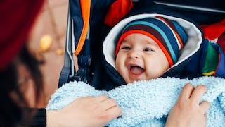 un bébé bien au chaud dans sa poussette