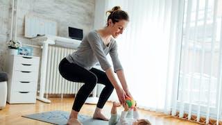une maman fait du sport avec son enfant