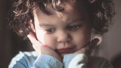 petite fille à l'air triste