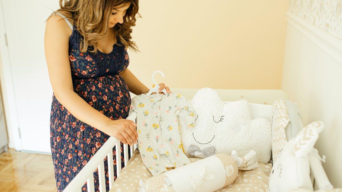 parent qui prepare la chambre de bebe decoration