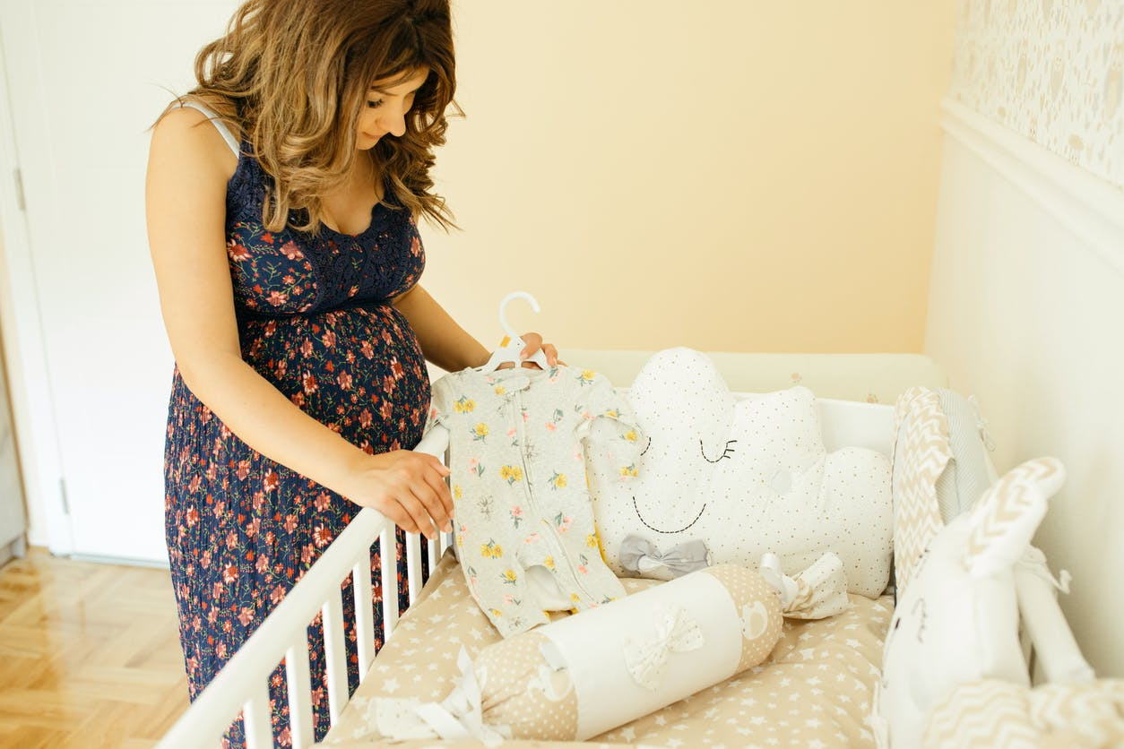 Parent Qui Prepare La Chambre De Bebe Decoration