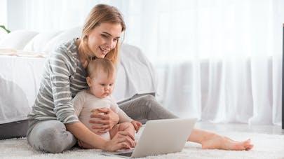 un bébé et sa mère devant un ordinateur