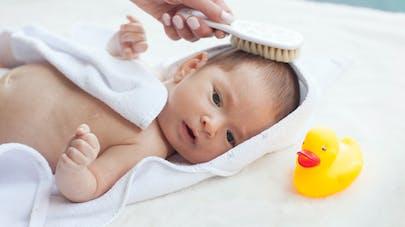 maman brosse cheveux bébé