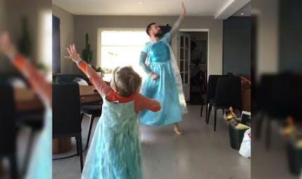 La danse d'un papa et de son petit garçon sur La Reine des Neiges fait le buzz (vidéo)