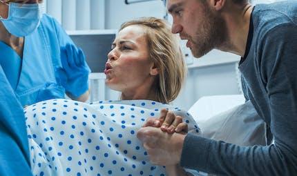 Accouchement : un médecin devant la justice pour avoir violenté une patiente pendant qu'elle accouchait