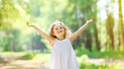 petite fille heureuse dans un chemin