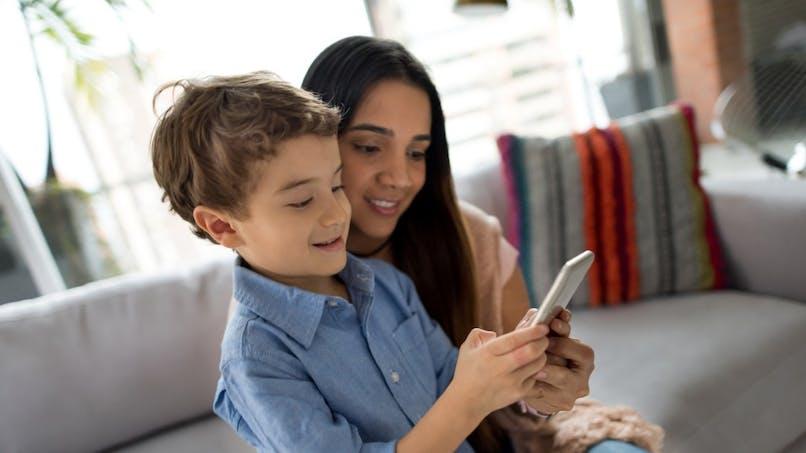 Réseaux sociaux : les parents y mentionneraient plus leurs fils que leurs filles