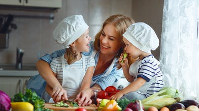 mère et repas enfants