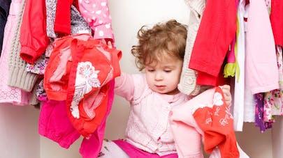 Une mère explique pourquoi elle laisse sa fille porter des vêtements dépareillés