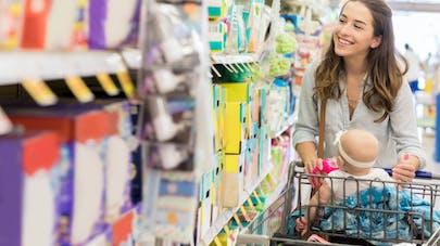 jeune mère au rayon couches du supermarché