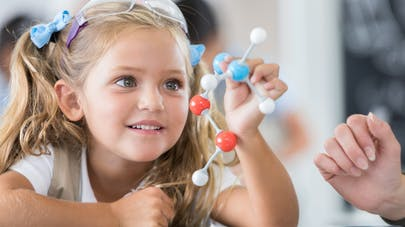 "Pour inciter votre fille, dites ""faire de la science"" plutôt que ""devenir scientifique"""