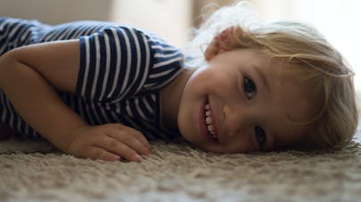 enfant allongé très heureux