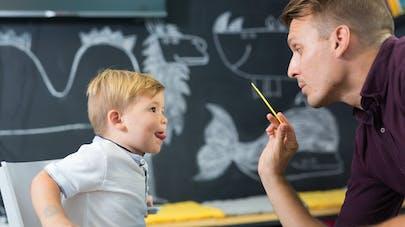 enfant pendant une séance chez l'orthophoniste