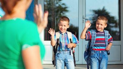 enfants et mère devant l'école