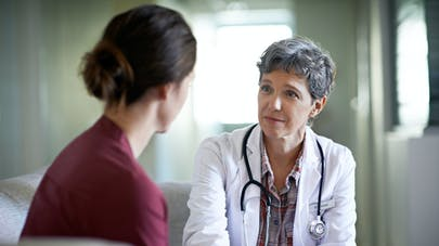 jeune femme anxieuse chez le médecin