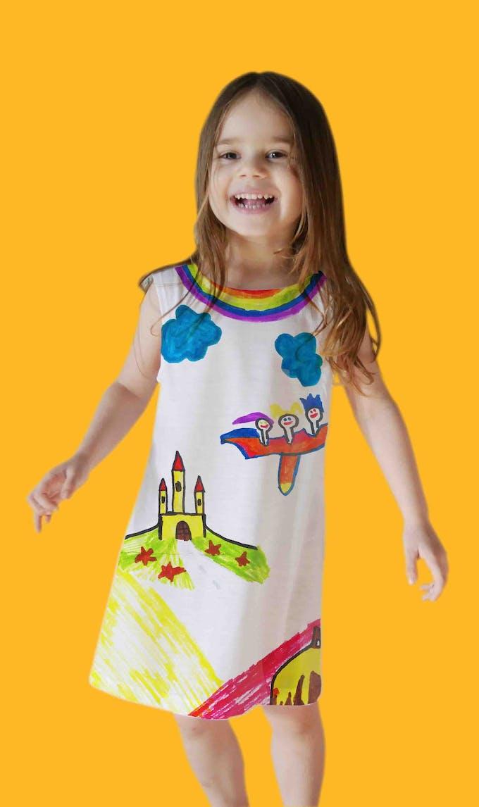 robe dessinée et portée par une petite fille