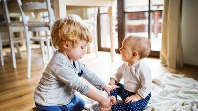 un garçon et son petit frère