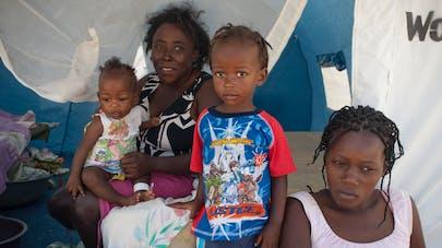 Deux femmes refugiees avec enfants