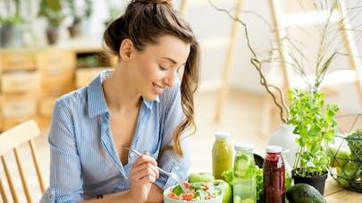 femme  qui mange vegan