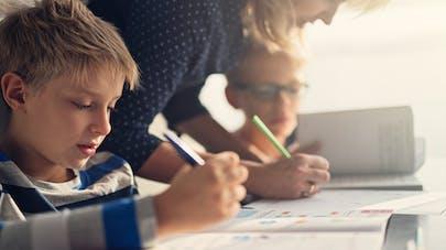 maman et ses enfants qui font l'école à la maison