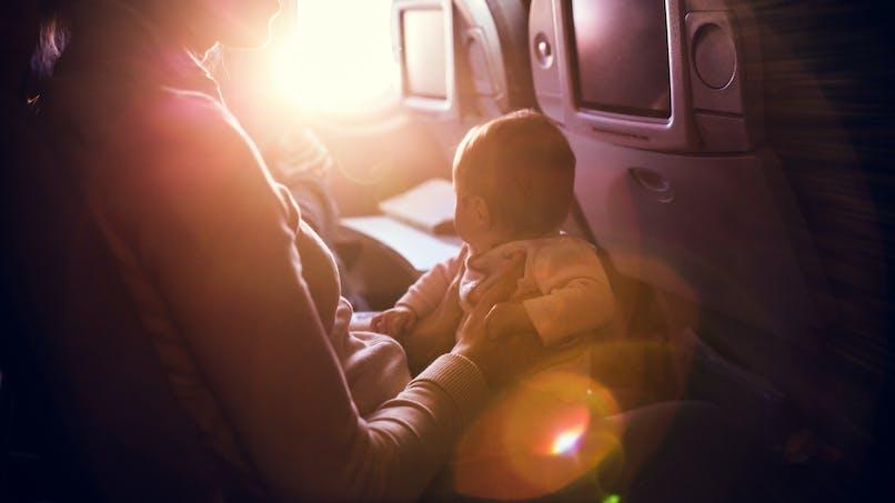 La bonne idée d'une maman face aux pleurs de son bébé dans l'avion