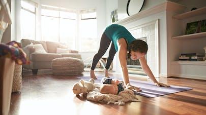 jeune maman qui fait du sport à côté de son bébé