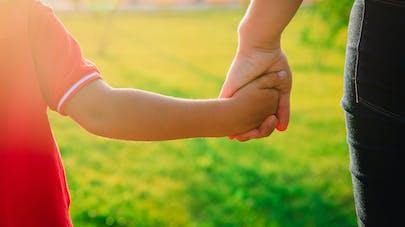 mère tient sa fille par la main